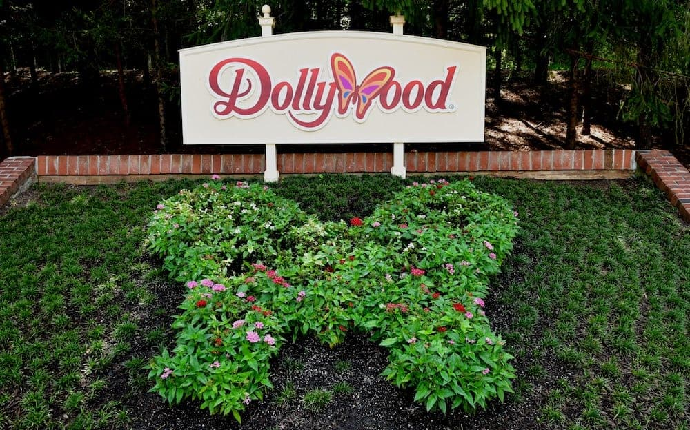 Dollywood sign in the summer