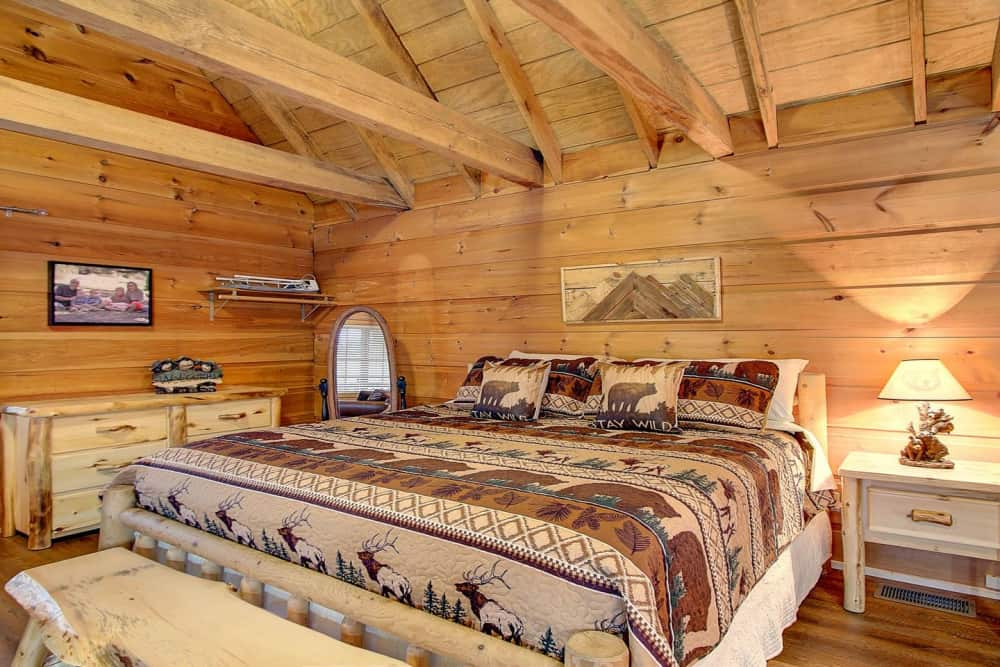 Beary Bungalow — Secluded Cozy Log Cabin with Views of Mountains